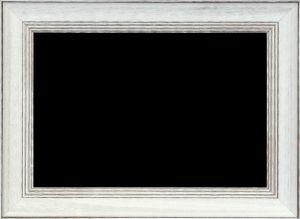 Lustro w białej ramie drewnianej z dekoracyjnymi przetarciami