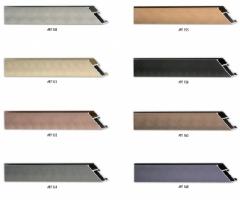 Płaski, szeroki i szczotkowany profil ramy aluminiowej, nadający się do oprawy dużych formatów prac